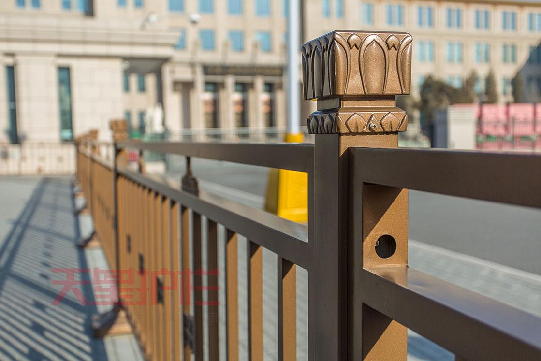 金色交通隔离栏